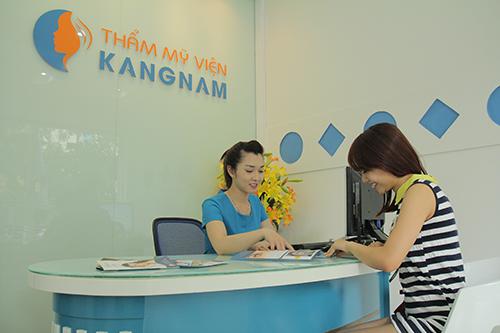 Chuyên viên tư vấn đón tiếp khách hàng độn cằm tại Kangnam